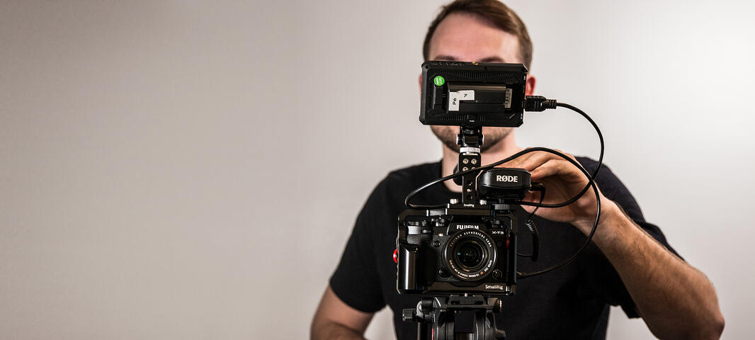 Zooma-Colleague-behind-the-video-camera