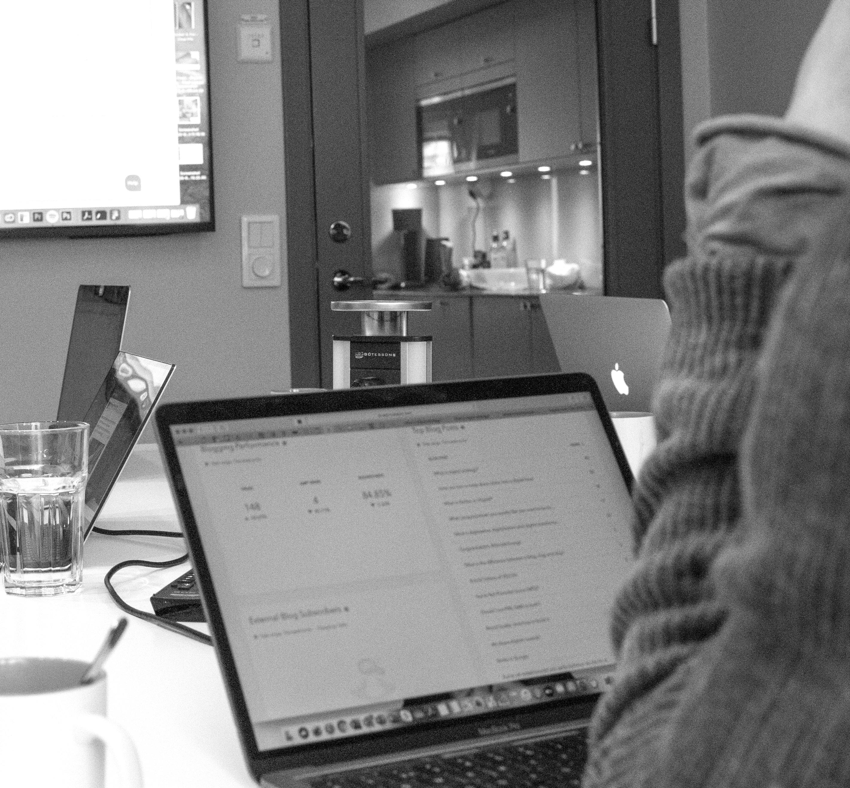 Zooma-digitalisation-guide-mackbook-on-desk